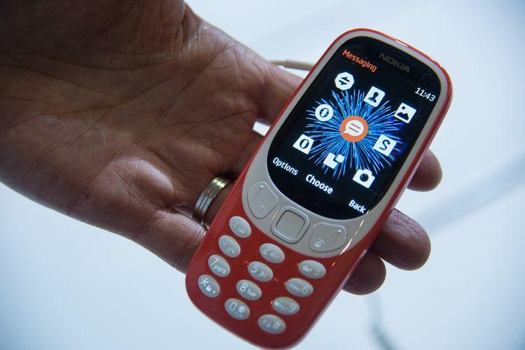 Seseorang memegang ponsel baru besutan HMD Global, Nokia 3310, pada hari pertama ajang Mobile World Congress di Barcelona, Spanyol, Senin (27/2/2017).
