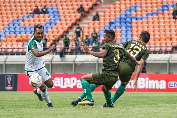 Winger Persebaya Surabaya, Irfan Jaya, berusaha melewati hadangan pemain Tira-Persikabo dalam laga babak penyisihan Grup A Piala Presiden di Stadion Si Jalak Harupat, Bandung.