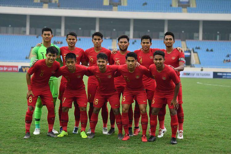 Tim nasional U-23 Indonesia berfoto bersama menjelang pertandingan sepak bola Grup K kualifikasi Piala Asia U-23 AFC 2020 melawan tim nasional U-23 Brunei Darussalam, di Stadion Nasional My Dinh, Hanoi, Vietnam, Selasa (26/3/2019). Tim nasional Indonesia U-23 mengalahkan tim nasional Brunei Darussalam U-23 dengan skor 2-1.