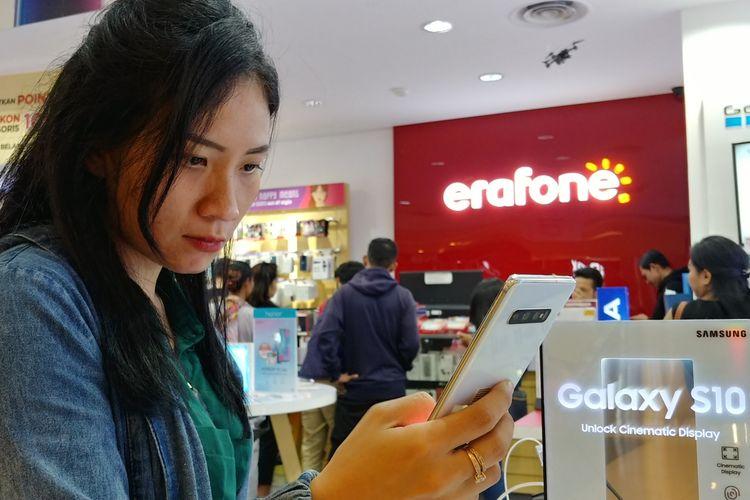 Seorang calon pembeli smartphone di gerai Erafone di Jakarta.