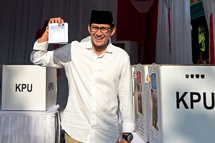 Calon wakil presiden nomor urut 02 Sandiaga Uno menunjukkan surat suara usai melakukan pencoblosan dalam Pemilu 2019 di TPS 02, Jakarta, Rabu (17/4/2019). Sandiaga tiba di TPS sekitar pukul 07.30 Wib dengan didampingi oleh istri dan kedua anaknya, Anneesha Atheera Uno dan Amyra Atheefa Uno.