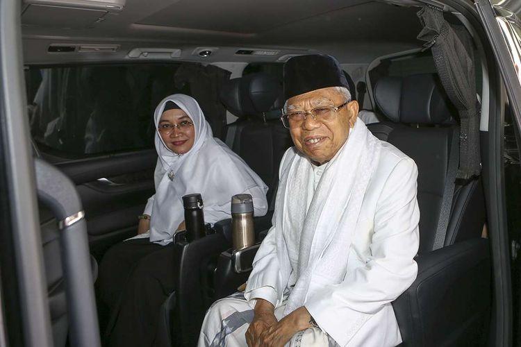 Calon wakil presiden nomor urut 01 Maruf Amin (kanan) didampingi istri Wury Estu Handayani (kiri) berada di dalam kendaraan saat akan berangkat menuju TPS di rumahnya, Jakarta, Rabu (17/4/2019).