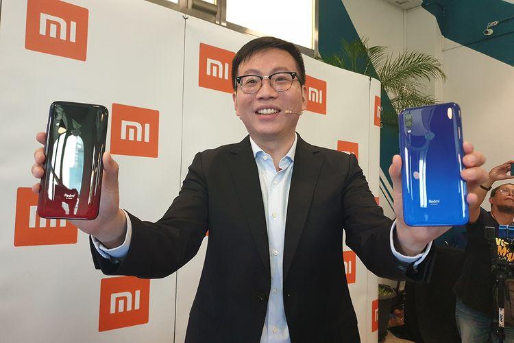 Steven Shi, Country Manager Xiaomi Indonesia, memamerkan Redmi 7 dalam acara peluncurannya di Jakarta, Selasa (23/4/2019).