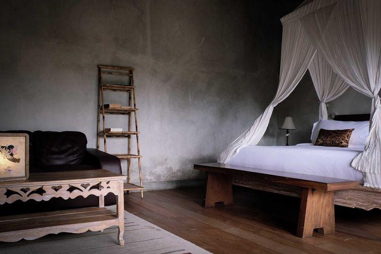 Warna cokelat dan hitam Suweta Villa di Tangerang karya A & Partners