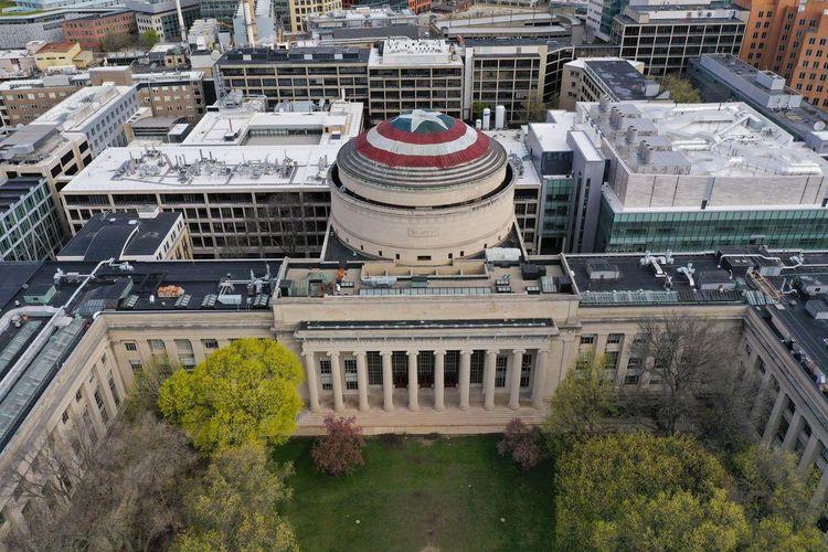 Great Dome (kubah gedung) Massachusetts Institute of Technology (MIT) di Cambridge, Massachusetts, dihiasi kain bergambar tameng Captain America untuk merayakan pemutaran Avengers: Endgame.