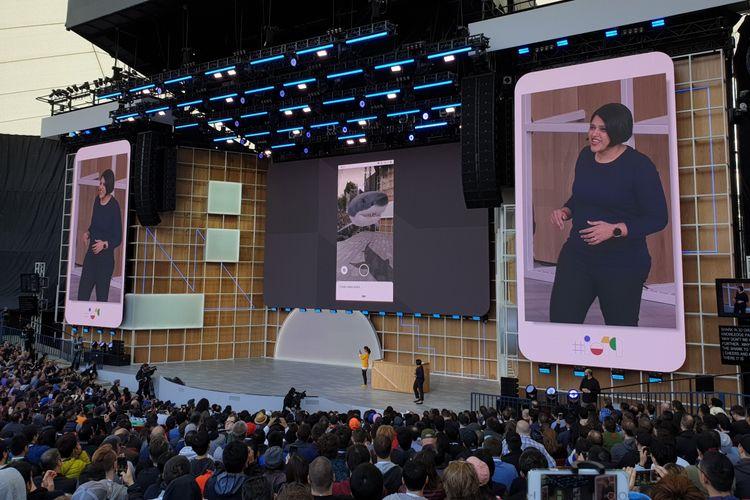 Perwakilan Google, Aparna Chennapragadasaat mendemonstrasikan fitur hasil pencarian 3D di Google Search.