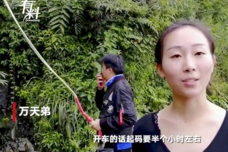 Wan Tiandi, staf seorang taman di China yang rela meloncat dari ketinggian 300 meter menggunakan tali bungee jumping untuk mengantarkan makan siang kepada teman-temannya.