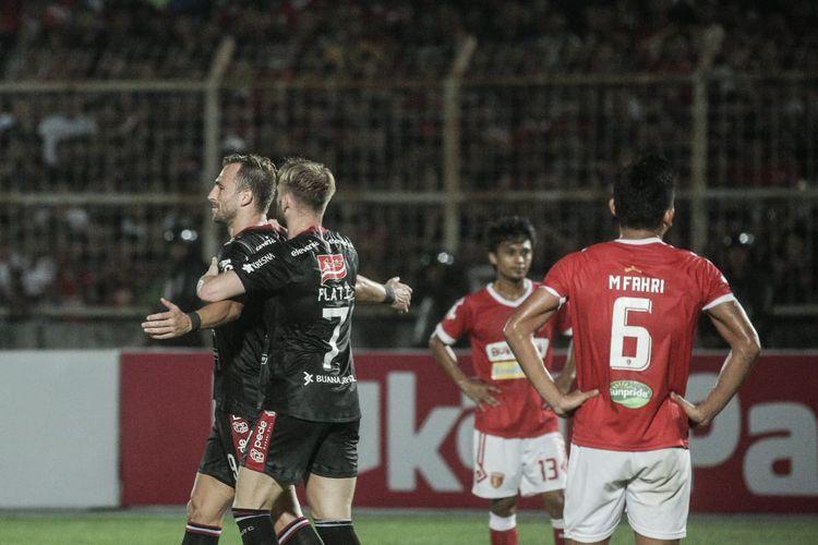 Para pemain Bali United (jersey hitam) saat merayakan gol ke gawang Badak Lampung FC pada laga lanjutan Liga 1 2019 di Stadion Sumpah Pemuda, Minggu (30/6/2019).