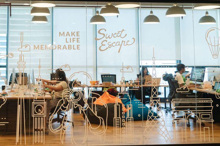 Suasana kantor startup platform fotografi Sweet Escape.