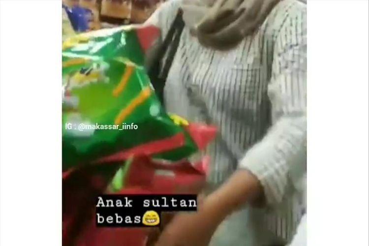 Tangkapan layar dari video 7 mahasiswa yang mengacak-acak makanan ringan yang dijual di sebuah minimarket di Makassar, Kamis (4/7/2019).