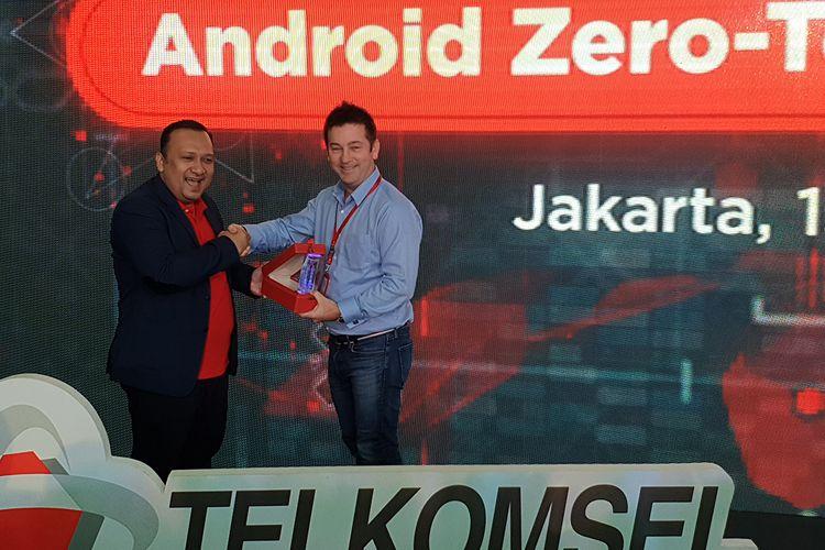 Dharma Simorangkir, SPV Enterprise Account Management Telkomsel (kiri) dan Gerard Kenedy, Regional Manager Android Enterprise, dalam acara peluncuran Android Zero-touch Enrollment di Jakarta, Senin (15/7/2019)