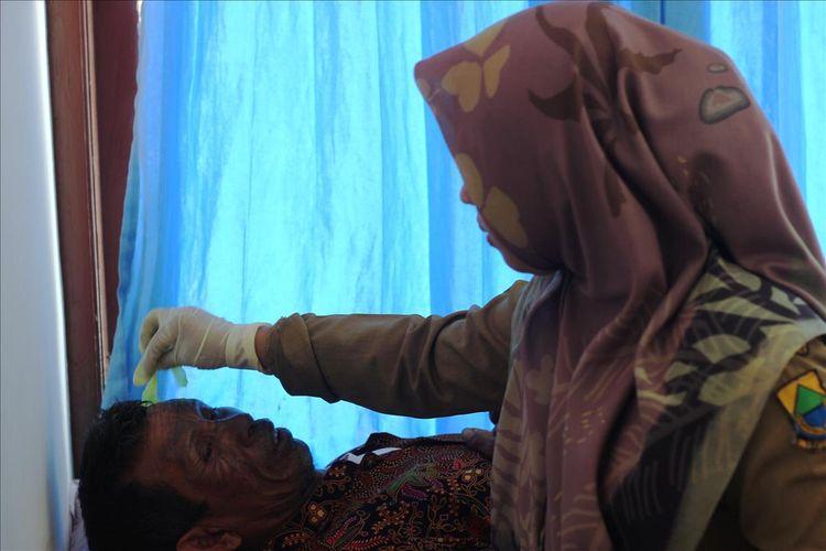 Seorang petugas medis sedang menangani salahseorang korban ledakan balon gas yang menimpa delapan warga Kp. Tunagan, Desa Wangunjaya, Cugenang, Cianjur.