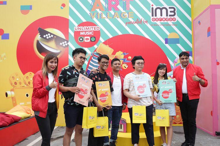 Grouo Head Proposition Indosat Ooredoo Evelyn Jimenez, Director & Chief Operating Officer Indosat Ooredoo Vikram Sinha, dan 4 pemenang kompetisi #WTF19Poster.