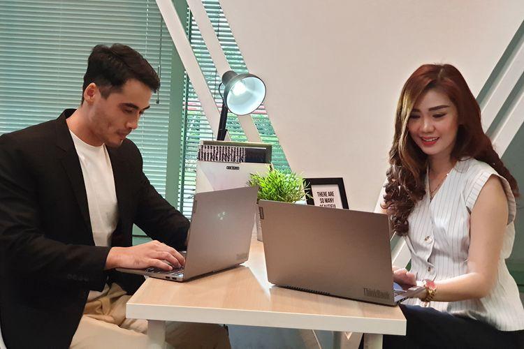 Model menunjukkan laptop Lenovo ThinBook 13S dan 14S dalam acara peluncuran di Jakarta, Senin (22/7/2019).