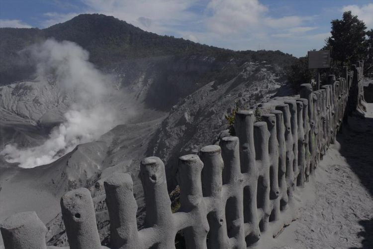 Debu vulkanik di pinggir Kawah Ratu, pusat wisata Gunung Tangkuban Parahu, pasca-erupsi, Jumat (26/7/2019) kemarin.