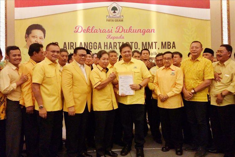 Airlangga Hartarto saat menerima surat deklarasi dukungan sebagai Ketua umum DPP Partai Golkar periode 2019-2024 dari DPD tingkat II Jawa Tengah