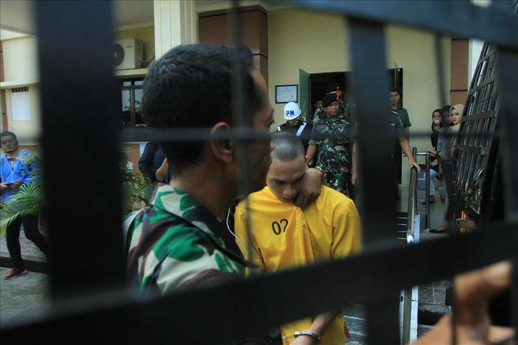 Prada DP terdakwa kasus pembunuhan serta mutilasi pacarnya sendiri Fera Oktaria (21) saat dibawa ke mobil tahanan, usai mengikuti sidang di Pengadilan Militer I-04 Palembang, Selasa (6/8/2019).