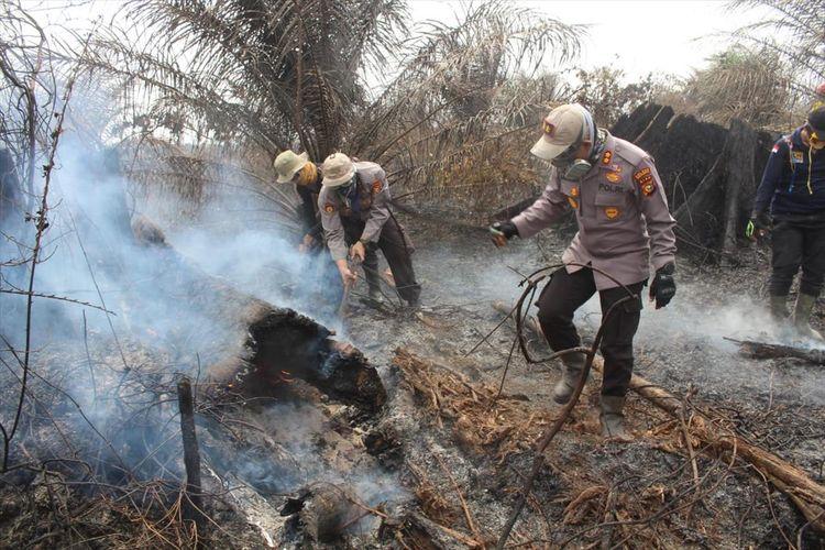 Petugas kepolisian jajaran Polres Pelalawan memadamkan api karhutla di kawasan TNTN di Kabupaten Pelalawan, Riau, Kamis (8/8/2019). Dok. Polres Pelalawan