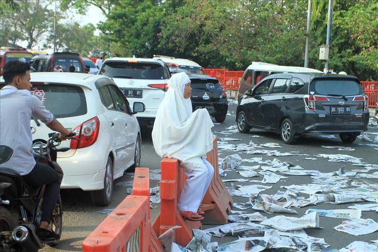 Seorang warga masih tetap berdoa meskipun di kawasan akses jalan menuju Ampera meskipun jalur itu telah dibuka polisi usai pelaksanaan shalat Idul Adha 1440 Hirjiah di Masjid Sultan Mahmud Badaruddin Palembang, Sabtu (11/8/2019).