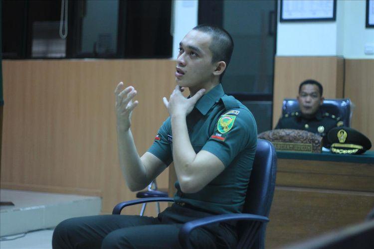 Prada DP memperagakan cara mencekik Fera Oktaria (21) kekasihnya sendiri ia telah ia bunuh saat di Pengadilan Militer I-04 Palembang, Kamis (15/8/2019).