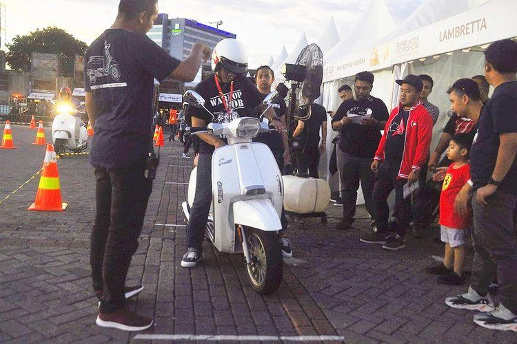 Animo pengunjung yang ingin mencoba Lambretta di Telkomsel IIMS 2019