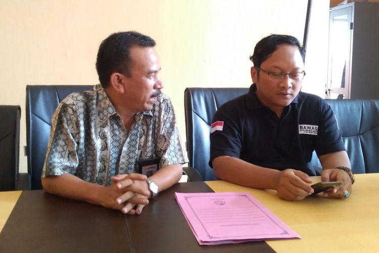 Anggota Bawaslu Banyumas memberikan keterangan kepada wartawan di Purwokerto, Jawa Tengah, Sabtu (20/4/2019).