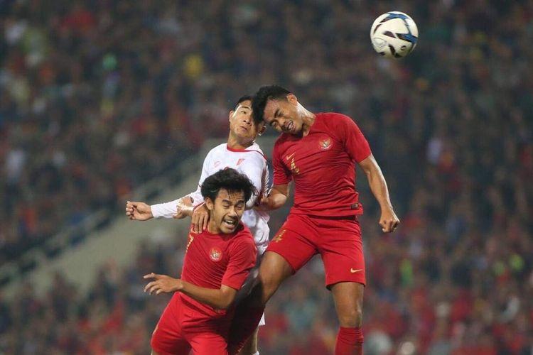 Duel udara dua pemain timnas u-23 Indonesia (merah) dengan pemain Vietnam pada laga kedua Grup K Kualifikasi Piala Asia U-23 di Stadion My Dinh, Hanoi, Minggu (24/03/2019).
