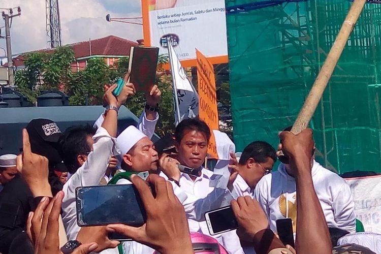 Komisioner Bawaslu Sulsel Asradi saat hendak disumpah oleh massa aksi yang mengatasnamakan dirinya Forum Rakyat Menggugat (FORGAT) di depan kantor Bawaslu Sulsel, Makassar, Sulawesi Selatan, Senin (13/5/2019).