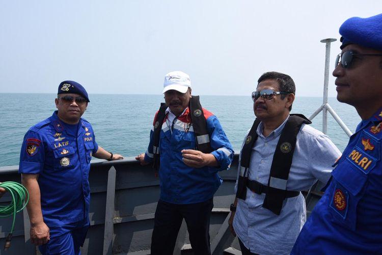 SVP HSSE Korporat Pertamina Lelin Eprianto (Kedua Kiri) Bersama dengan Dirpolairud Korpolairud Baharkam Polri Brigjen Pol Lotharia Latif (Kiri) saat melakukan Peninjauan di Salah satu Pulau di Kepulauan Seribu, Jakarta pada Kamis (15/8/2019).