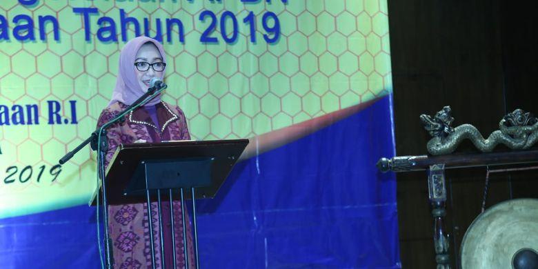 Pelaksana Tugas (Plt) Inspektur Jenderal Kemnaker Estiarty Haryani saat membuka acara Rakor Pengawasan (Rakorwas) Inspektorat Jenderal (Itjen) Kemnaker 2019 di Surabaya, Jawa Timur, Rabu (27/3/2019) malam.