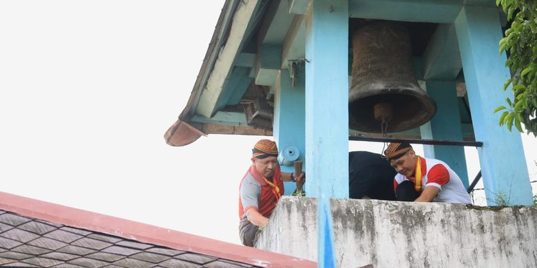 Gubernur Jawa Tengah Ganjar Pranowo bersama ribuan orang bersih-bersih di halaman Keraton Surakarta Hadiningrat, Jumat (29/3/2019) pagi.
