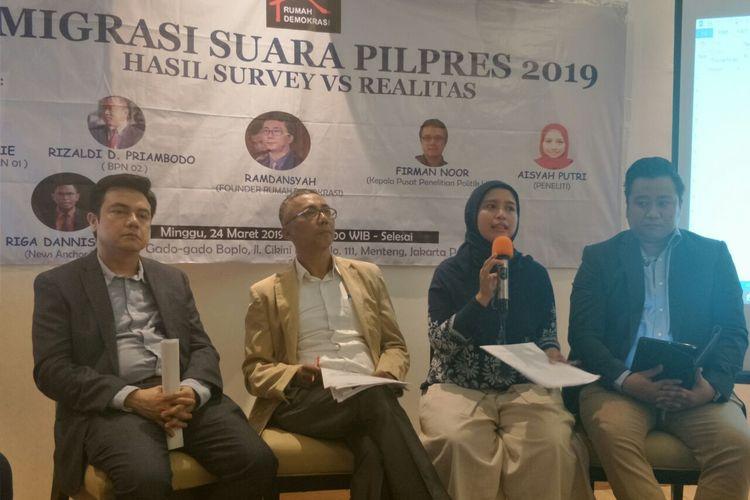 (Dari kiri ke kanan) Kepala Pusat Penelitian Politik LIPI Firman Noor, founder Rumah Demokrasi Ramdansyah, peneliti LIPI Aisyah Putri, dan tim Badan Pemenangan Prabowo-Sandia, Rizaldi Priambodo dalam sebuah diskusi di Jalan Cikini, Minggu (24/3/2019).