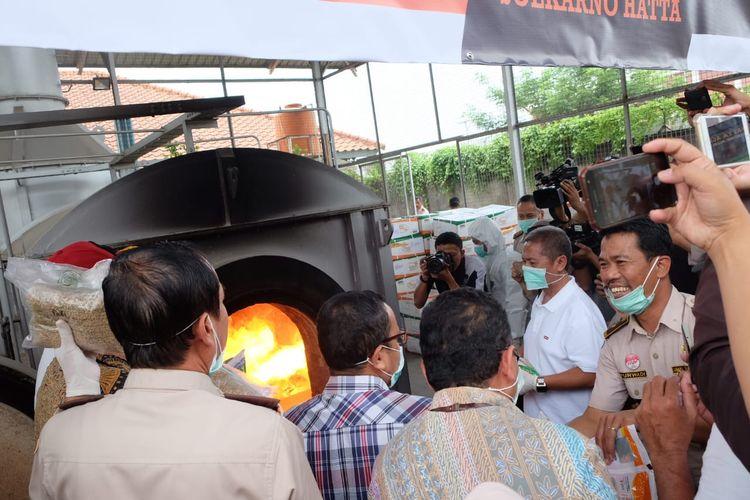 Benih jagung asal India dimusnahkan dengan cara dibakar karena terdeteksi mengandung bakteri Organisme Pengganggu Tumbuhan Karantina (OPTK) A1 bernama Pseudomonas Syrungae Pv Syrungae (PSS).