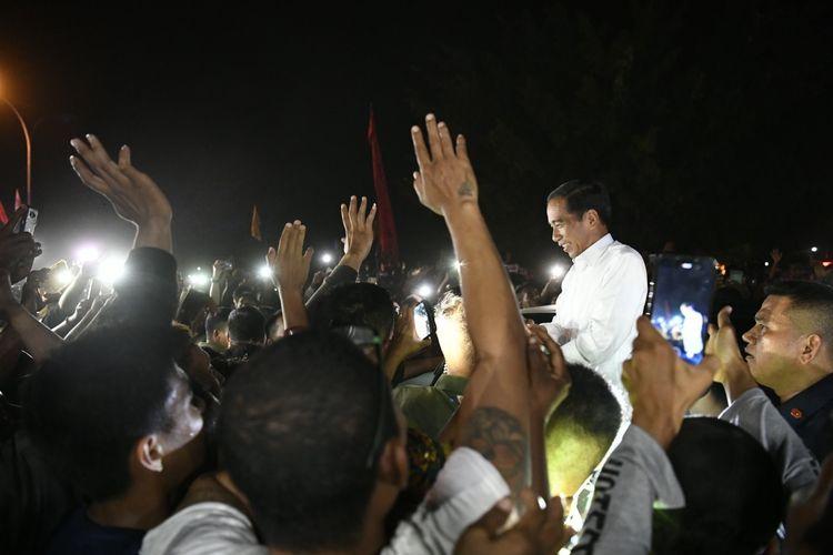 Capres petahana Joko Widodo disambut warga saat tiba di Bandara Domine Eduard Osok, Sorong, Papua Barat, Senin (1/4/2019). Jokowi tiba di Sorong untuk melakukan serangkaian kegiatan antara lain kampanye terbuka. ANTARA FOTO/Puspa Perwitasari/foc.