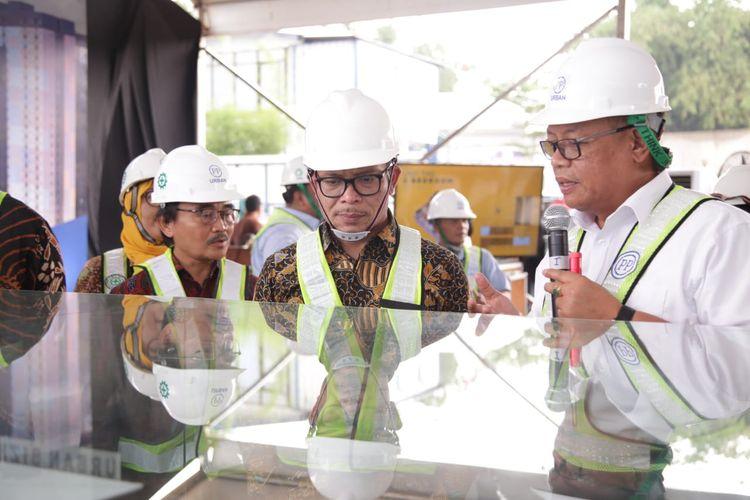 Menteri Ketenagakerjaan M. Hanif Dhakiri saat sedang meninjau suatu proyek
