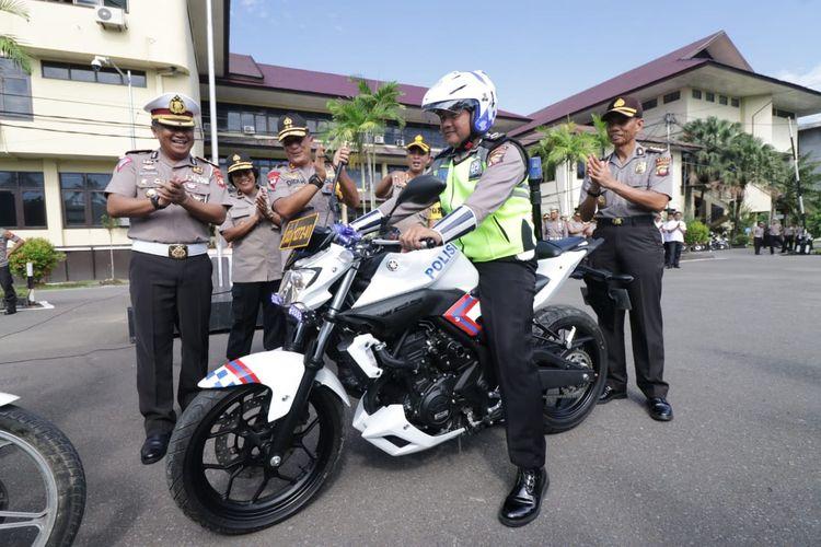Ipda Tatang tengah menunggangi sepeda motor dinas barunya hasil pemberian Kapolda Kalbar Irjen Pol Didi Haryono, Rabu (15/5/2019)