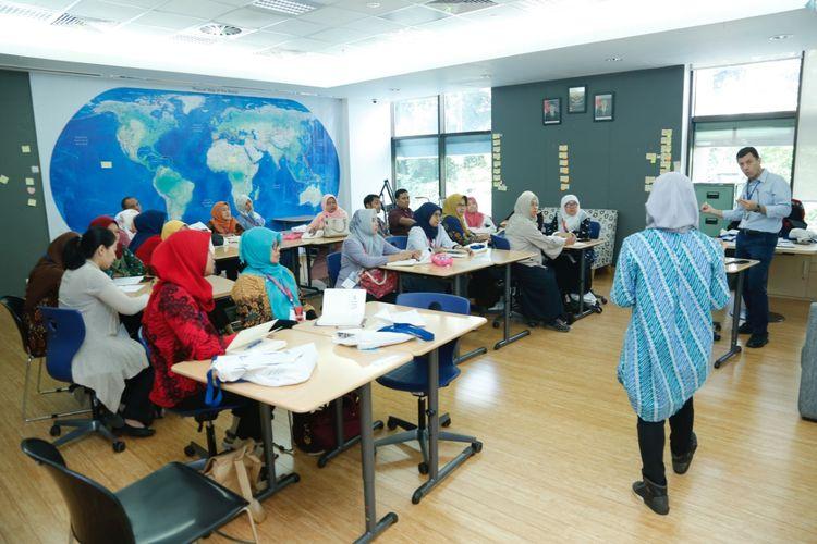 JIS mewisuda 234 guru (15/5/2019) yang telah lulus program Innovative Schools Programme yang melibatkan guru dan Kepala Sekolah dari SD Negeri, SMP Negeri, dan SLB Negeri di DKI Jakarta.