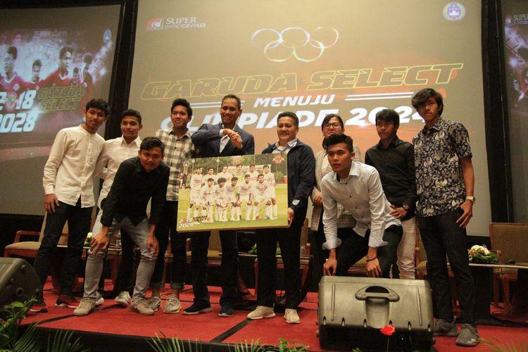 Sejumlah pemain Garuda Select berfoto bersama Sekretaris Jenderal PSSI Ratu Tisha Destria dan anggota Komite Eksekutif PSSI Gusti Randa, di Hotel Sultan, Jakarta, Jumat (17/5/2019) malam.