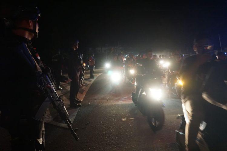Sejumlah personel Brimob Polda Maluku Utara saat mengamankan jalannya pawai takbir keliling di Timika, Selasa (4/6/2019)
