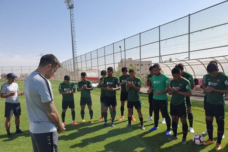 Simon McMenemy beserta pemain timnas senior Indonesia jelang lawan Yordania di FIFA Matchday