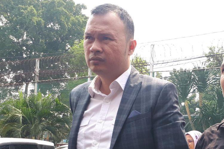 Kuasa hukum Ahmad Dhani Hendarsam Marantoko usai mendampingi kliennya mengurus perpundahan rutan di Rutan Klas I Cipinang, Jakarta Timur, Kamis (13/6/2019).