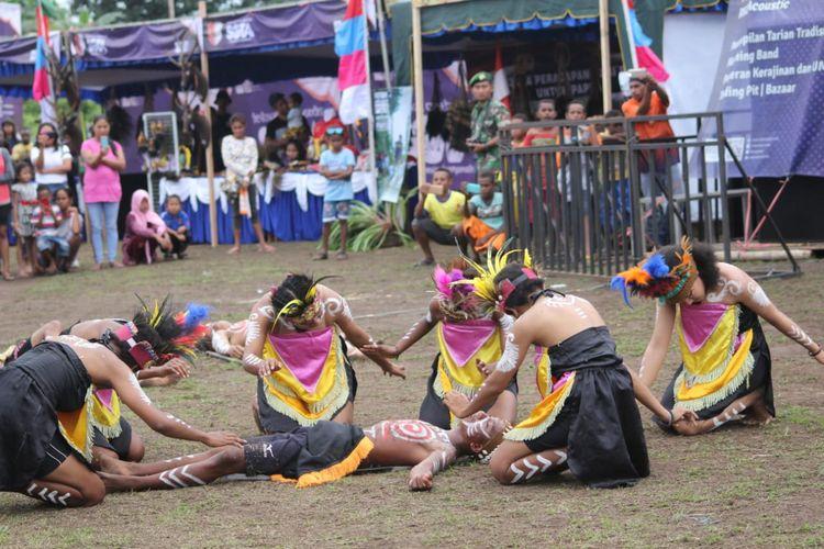 Para perempuan ini sedang membawakan Tari Mambri di pembukaan Festival Crossborder Sota 2019 di Papua, Jumat (14/6/2019).