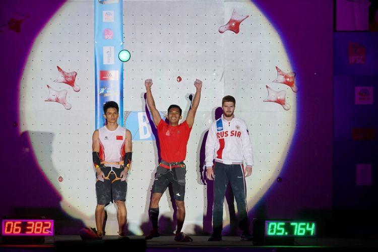 Atlet panjat tebing Indonesia, Alfian Muhammad Fajri merayakan gelar juara dunia yang diraihnya dalam kejuaraan IFSC Climbing World Cup Chamonix, di Perancis pada Jumat (12/7/2019) waktu setempat. Alfian berhasl menjadi juara nomor speed world record.