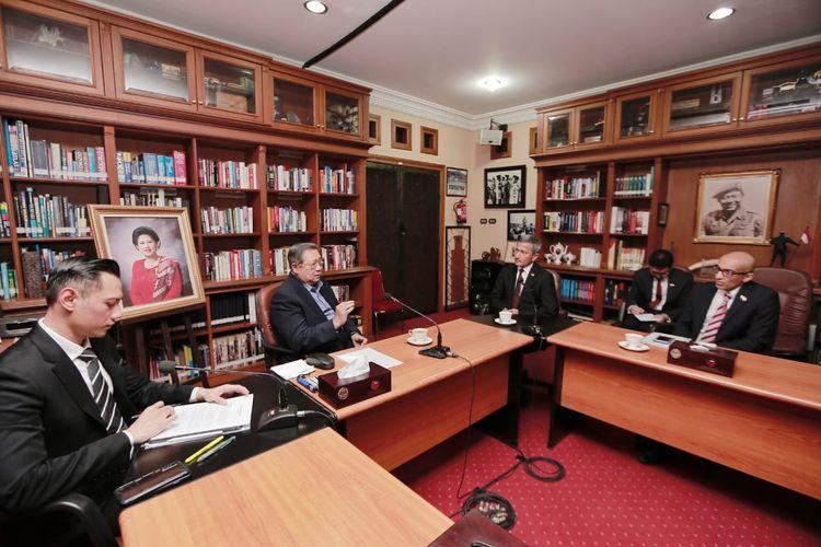 Presiden ke-6 RI Susilo Bambang Yudhoyono (SBY) menerima kunjungan Menteri Luar Negeri Singapura Vivian Balakrishnan di kediaman Cikeas, Bogor, Jawa Barat, Rabu (17/7/2019)