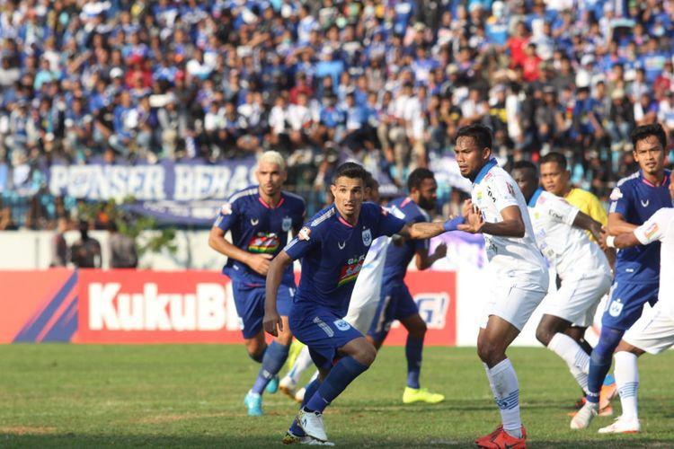 Pemain PSIS Semarang, Silvio Escobar, dijaga ketat bek Persib Bandung di Stadion Madya, Magelang, Minggu (21/7/2019).