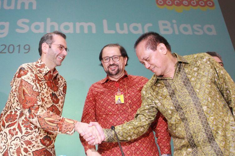 Direktur Utama Indosat Ooredoo, Ahmad Abdulaziz A A Al-Neama (kiri) berjabat tangan dengan Komisaris Indosat Ooredoo, Chris Kanter (kanan) yang disaksikan oleh Komisaris Utama Indosat Ooredoo, Waleed Mohamed Ebrahim Alsayed (tengah) seusai RUPS LB di Jakarta (1/8).