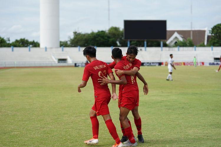 Para pemain timnas U-15 Indonesia merayakan gol ke gawang Myanmar pada laga terakhir penyisihan Grup A Piala AFF U-15, di Lapangan Latihan Chonburi, Minggu (4/8/2019) sore WIB.