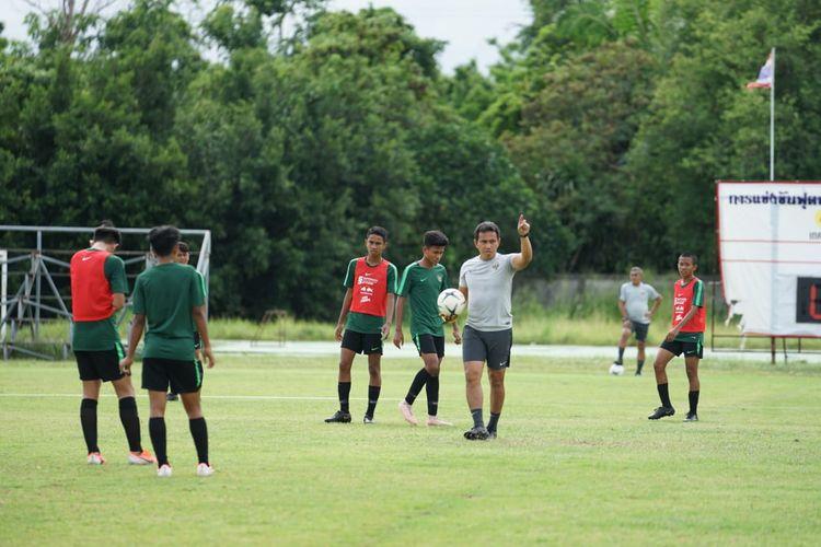 Pelatih timnas U-15 Indoensia, Bima Sakti, memimpin sesi latihan.
