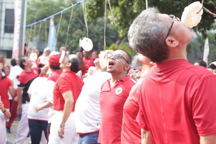Acara-acara perlombaan seperti lomba makan kerupuk dihadirkan dalam Pesta Rakyat Tripartit