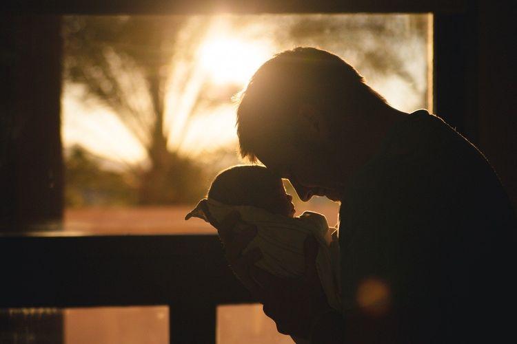 ILUSTRASI bayi dan ayah
